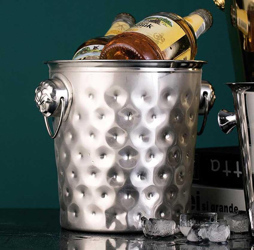 Metal bucket with handle